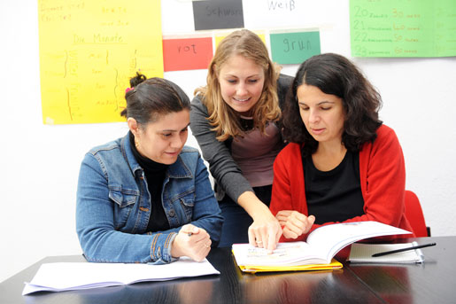Die Sprachlehrerinnen Linda und Dilek mit B. aus Qamishli. Foto: M. Hunger