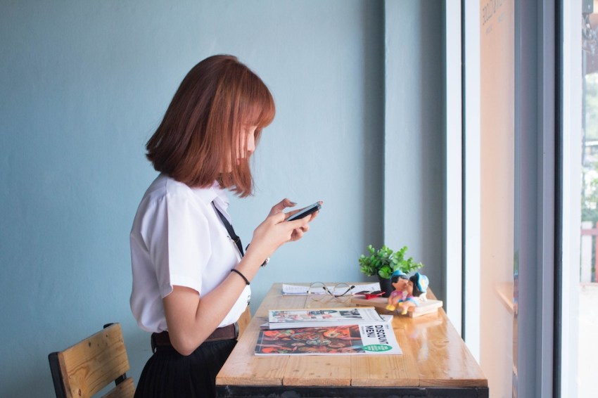 Employé sur un bureau debout bouger plus au travail