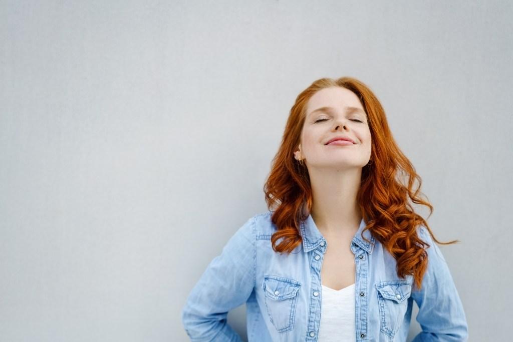 femme souriante épanouissement bien-être développement personnel