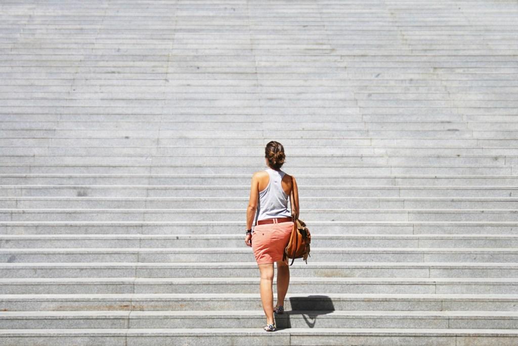 femme escalier challenge objectif développement personnel