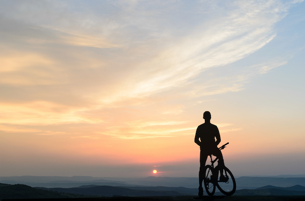 Travailler de chez soi et activité physique image d'un homme en vélo face à un paysage