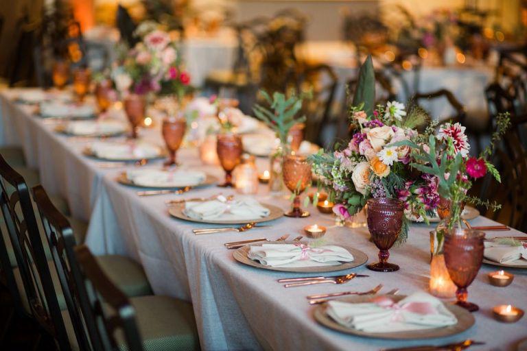 summer-wedding-ideas-colorado-colored-glassware