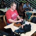 Sitter på kafe i Nairobi og blogger
