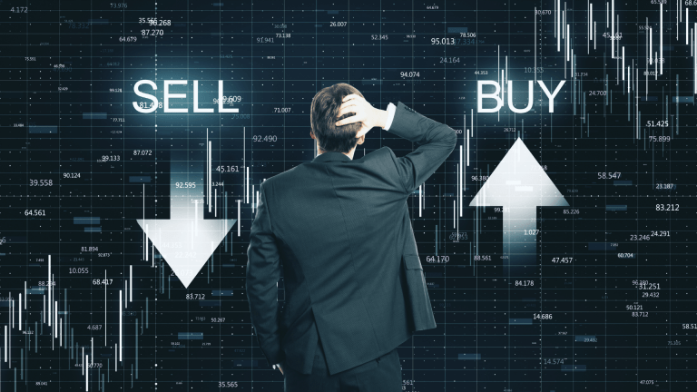 Para todos verem: Homem de costas, usando terno, observa setas para cima e para baixo representando compra e venda na Bolsa