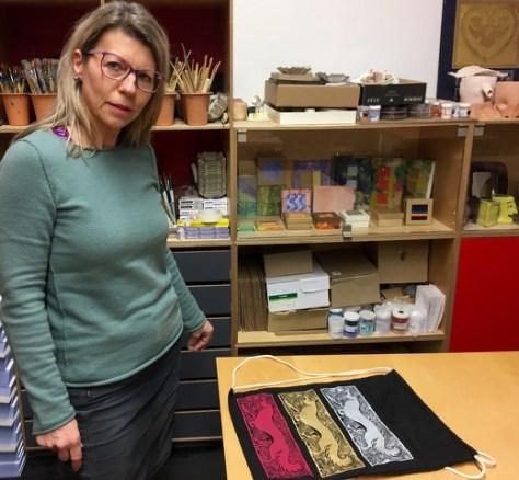 Ute Thieme mit Beispiel aus dem Siebdruckkurs | Foto: Schnuppe von Gwinner