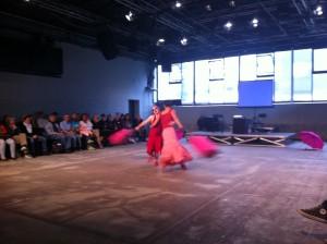 """Neele Buchholz und Corinna Mindt von der Tanzbar Bremen mit ihrer Performance """"Rosa sieht rot"""" © Georg Kasch"""
