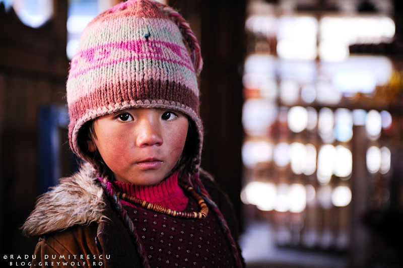 01-biking-himalaya-braka-bhatrang-annapurna-nepali-girl-foto-radu-dumitrescu-01