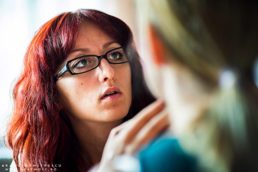 Fotografie behind the scenes cu makeup artist Ioana Iordache în timp ce lucrează