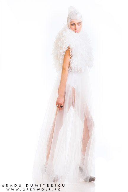 Fotografie pe fundal alb realizată de Radu Dumitrescu. Colecție Carmen Emanuela Popa 2012.