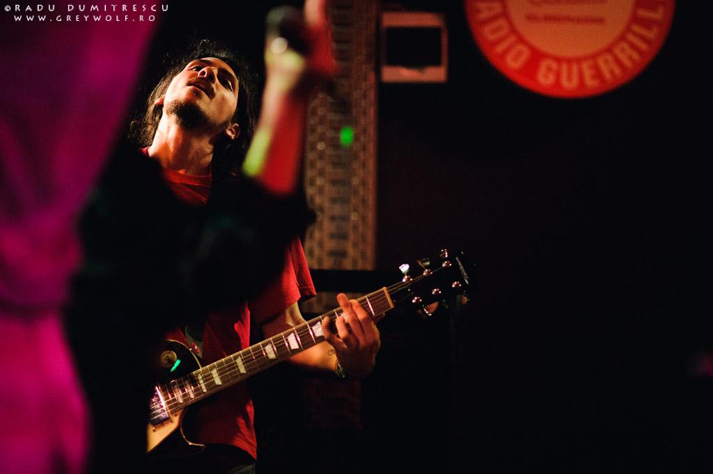 Imagine cu Cătălin Lungu, chitaristul trupei Loungerie II - Club Panic, București.