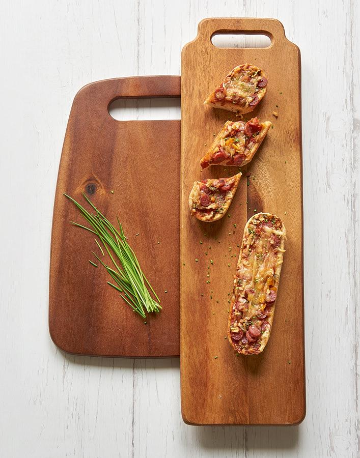 Fotografie de produs cu un tocator din lemn natural si tartine cu verdeturi. Fotografiile culinare sunt realizate de Radu Dumitrescu in Bucuresti pentru pliantul Mobexpert Gourmet