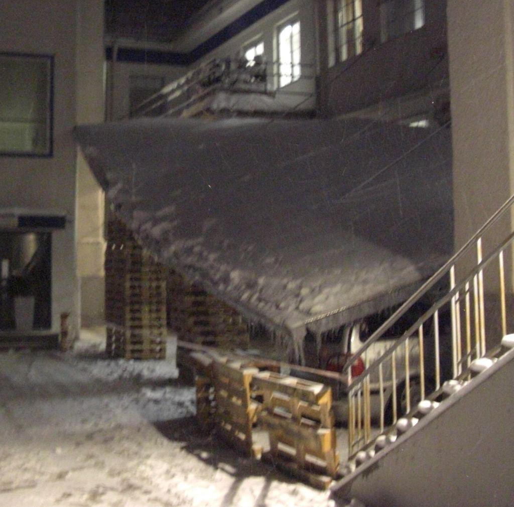Schneedruck lässt Vordach einknicken
