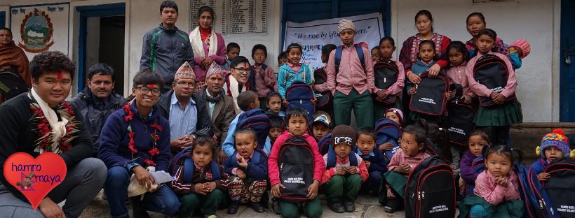 Eine Schultasche für jedes Kind in Dhampus, Pokhara