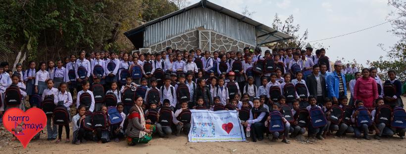 Eine Schultasche für jedes Kind in Sindhukot, Sindupalchowk.