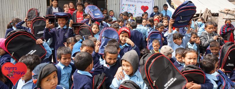 Eine Schultasche für jedes Kind im Slum von Balaju, Kathmandu.