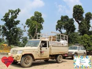 Mit einem voll bepackten Jeep Richtung Distrikt Bardia.
