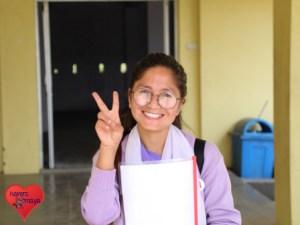 Rabina vor ihrem College in Chitwan.