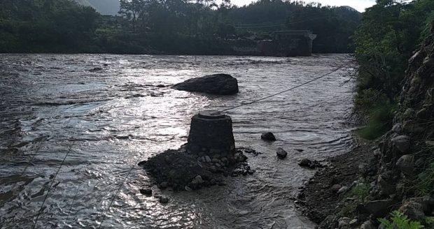 Ohne den Schutzwall hätte die Monsunflut unseren Brunnen wohl weggespült...