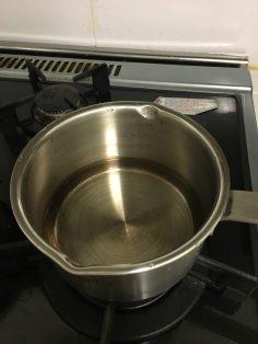 물을 끓인다.