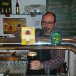 Jose Seve sirviendo Serona en Sevebrau Tavern