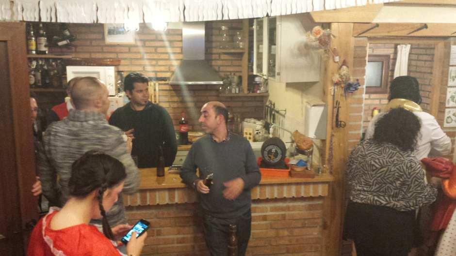 Cenando con los colegas y tomando cerveza artesana
