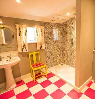 Rachel has combined Raspberry Pink and Latte White in her fun bathroom.