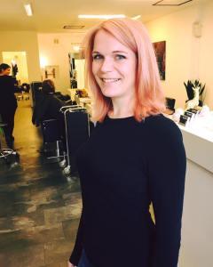 Femininer und eleganter Look - die rosa Pastellfarbe im Salon in Esslingen machst möglich.