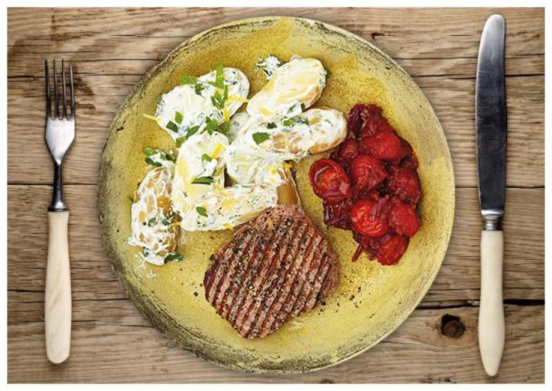 Zarte Rindersteaks an Drillingen in würziger Kräuter-Joghurt-Soße serviert mit feinem Kirschtomatenrelish