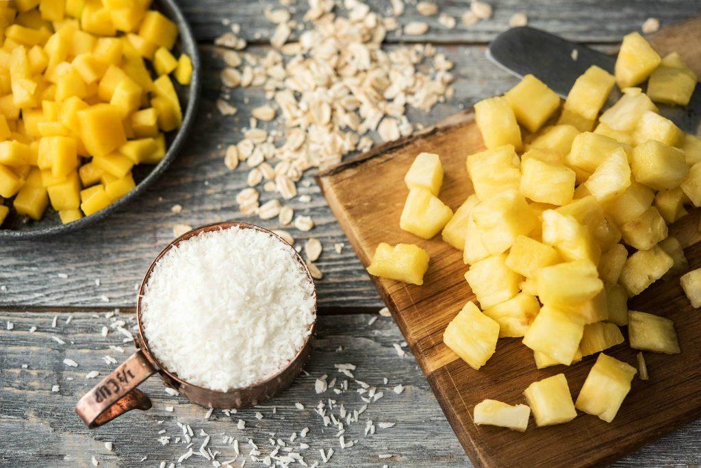 Frühstück zum Mitnehmen: Kokosflocken, Ananas und Mango