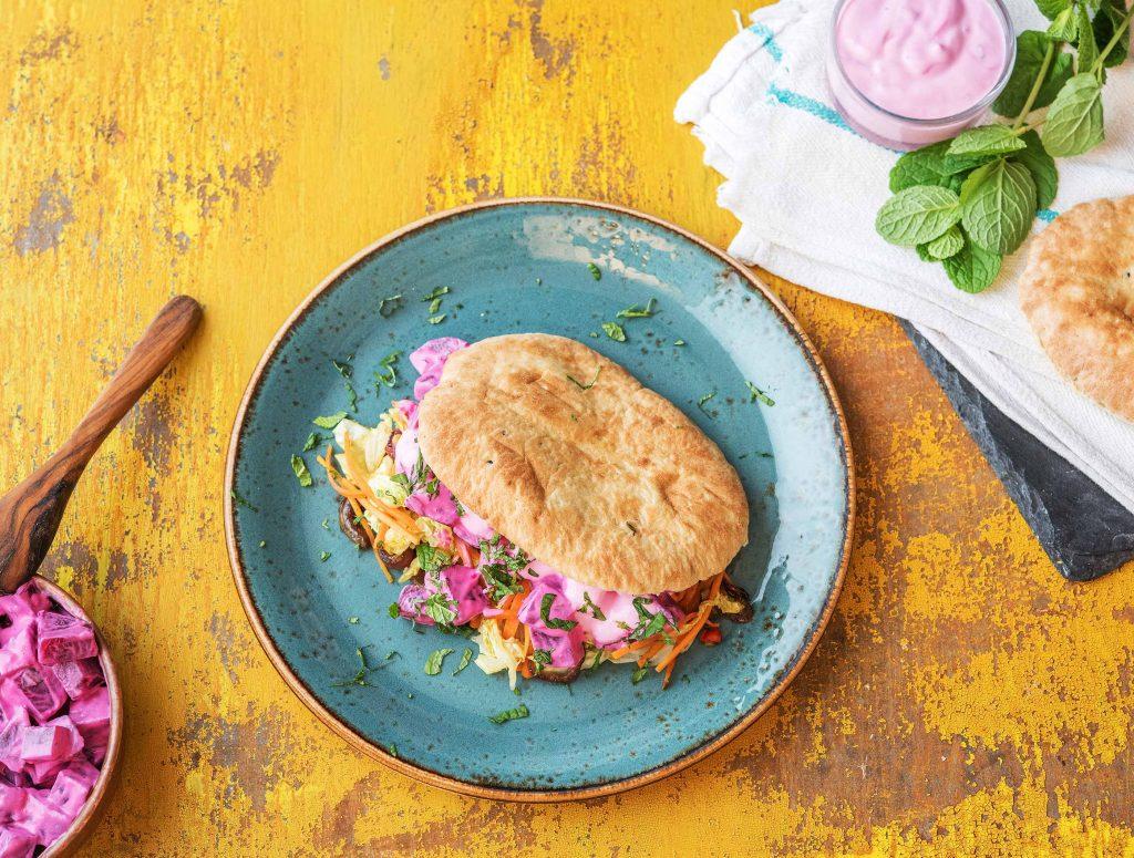 Veggie: Gevuld naanbrood met yoghurtsaus en verse munt