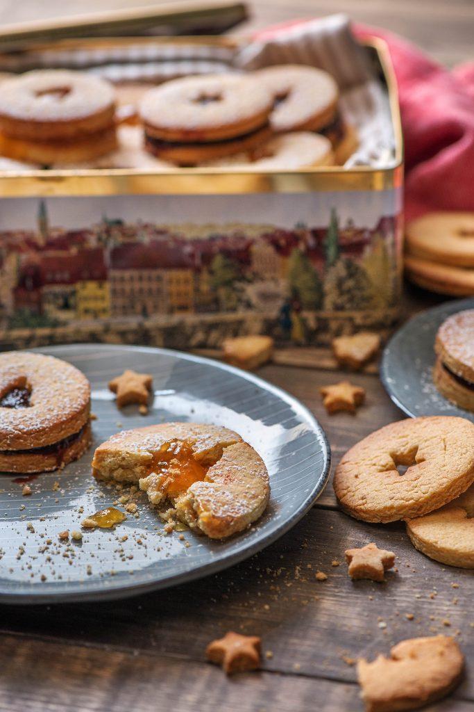 Weihnachtsplätzchen aus Mürbeteig gefüllt mit Marmelade
