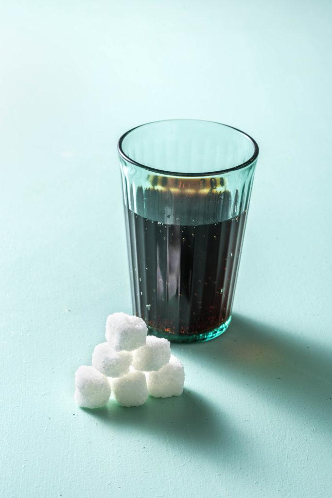 So viel Zucker steckt in einem Glas Cola