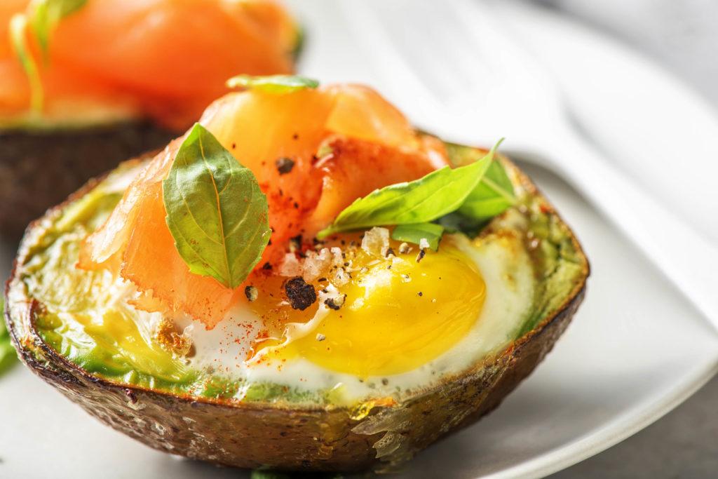 Avocado mit Ei und Räucherlachs
