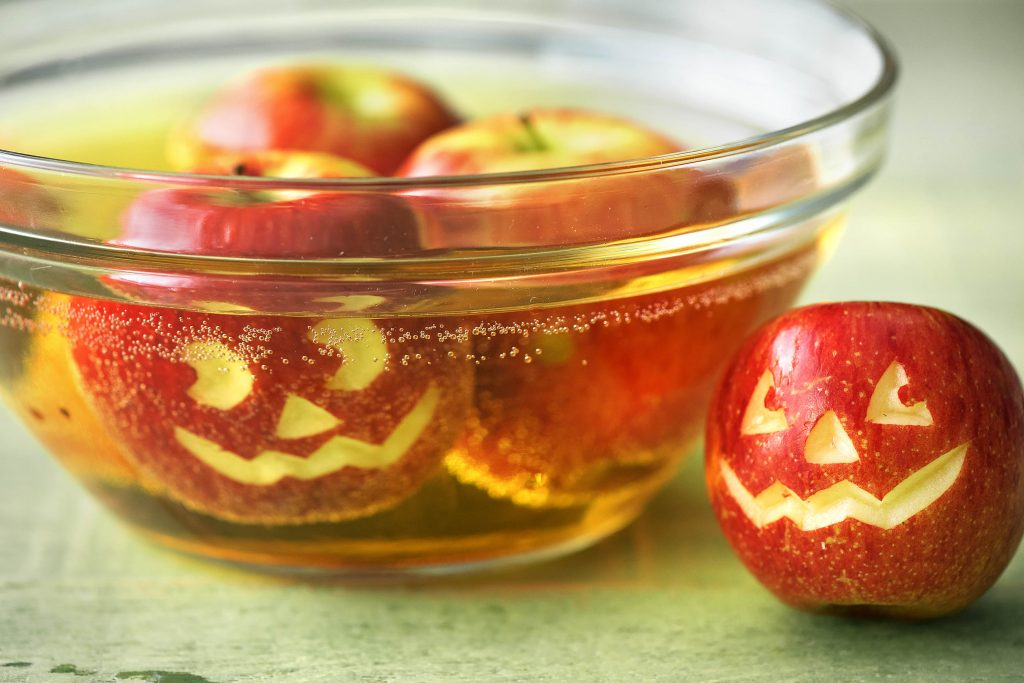 Halloween Deko: Apfelgesichter