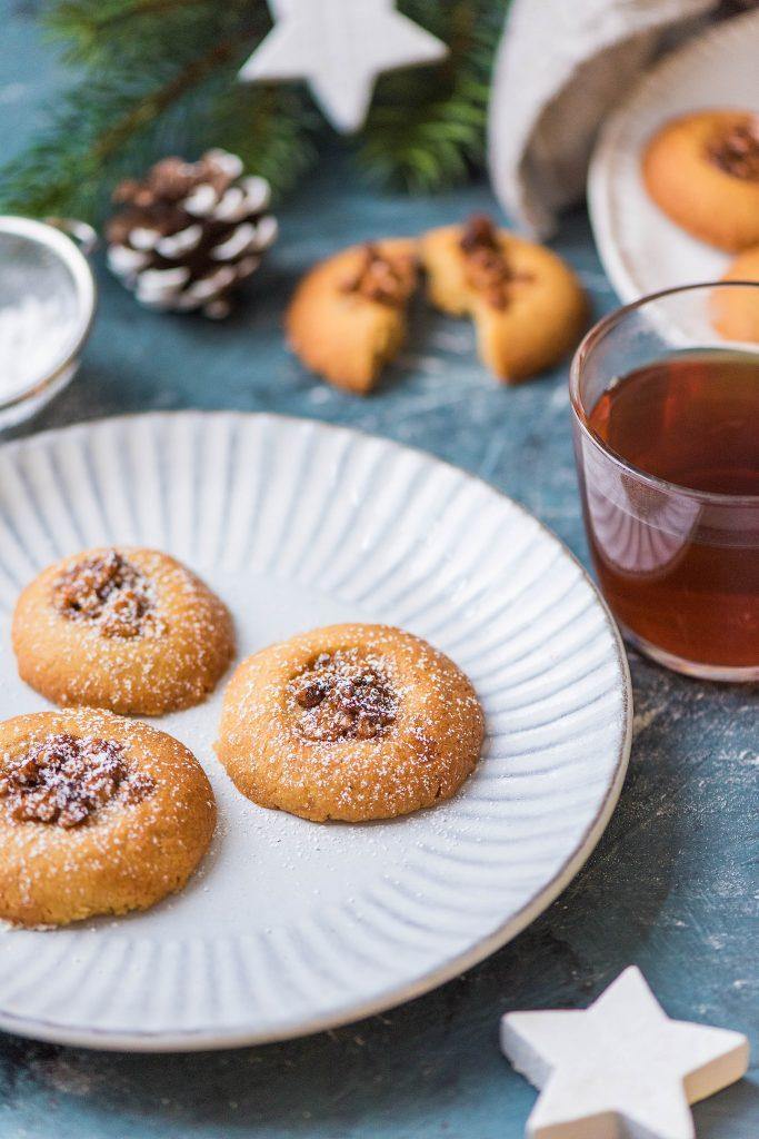 Weihnachtsbäckerei: Plätzchen auf Teller