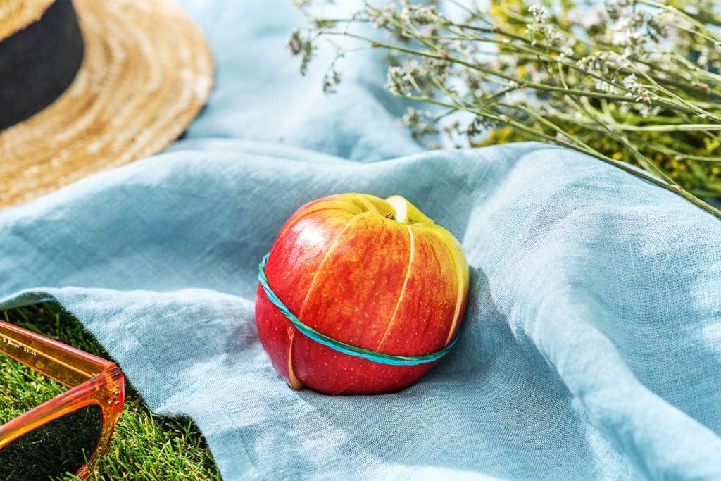 Apfel fixieren mit Gummiband