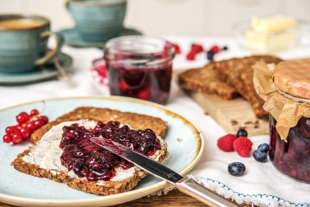 Selbstgemachte Marmelade auf Brot