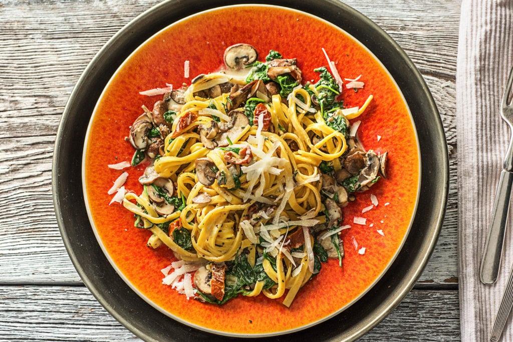 Essbare Pilze mit Pasta sind ein Genuss