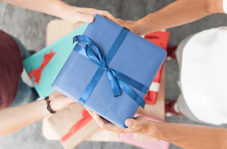 Instead of giving your domestic helper bonus, you can consider giving her a small gift.