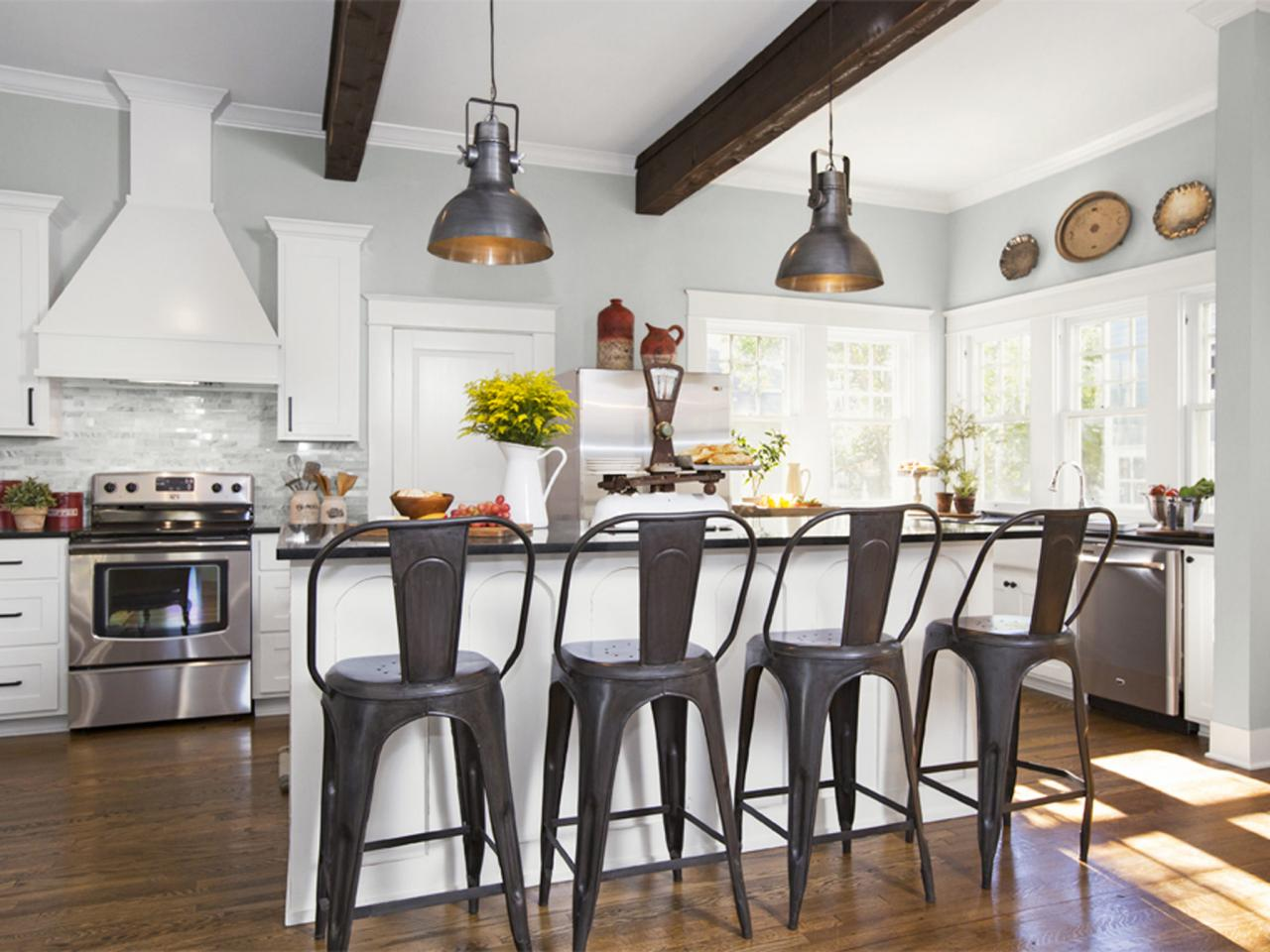 Fixer Upper Spaces Almost Always Have Bold Pendant Lighting Sometimes These Pendants Are Over The Dining Room Table They Kitchen