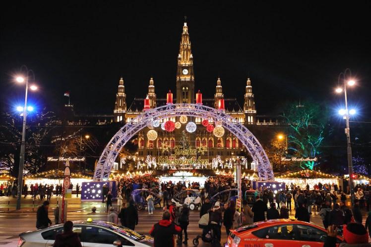 This image has an empty alt attribute; its file name is Wien_-_Christkindlmarkt_Rathausplatz.jpg