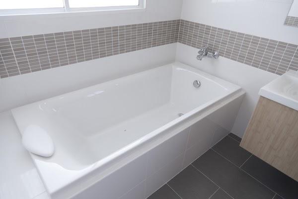 bathtub clean bathroom