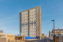 2 Bedroom Apartment With Towering Views of London Landmarks
