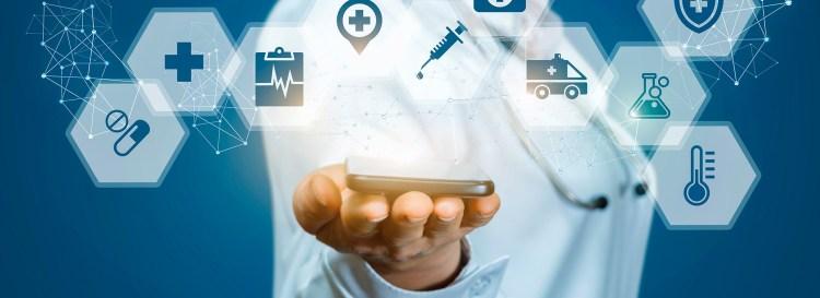 Médica segura smartphone que apresenta serviços digitais para saúde feminina
