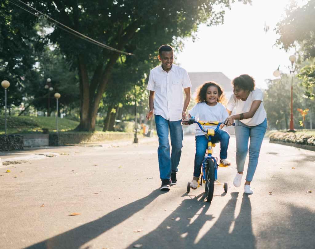 Pai, mãe e filha brincando