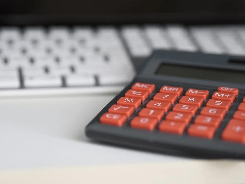Uma calculadora preta e vermelha