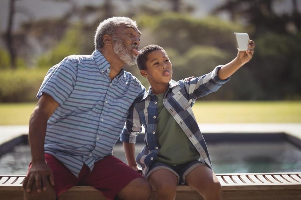 Avô e neto sentados tirando foto.