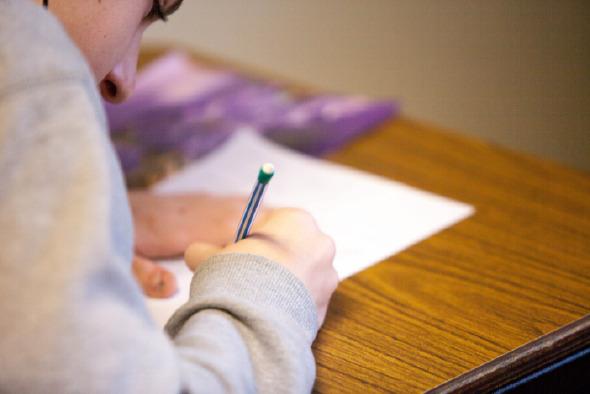 estudiante realizando tarea de investigación universitaria
