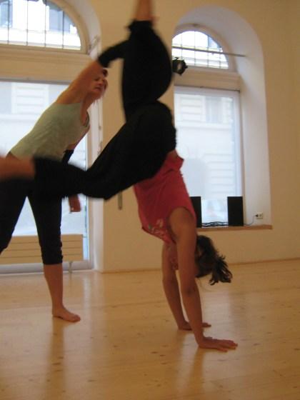 Als werdende Tanz- und Bewegungspädagoginnen suchen wir einen Raum, in dem wir üben können.