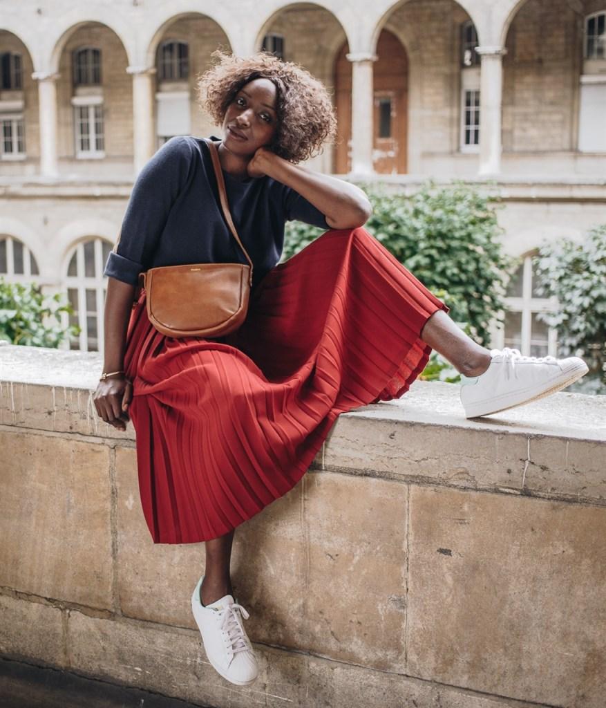 Look femme avec basket et jupe longue plissée